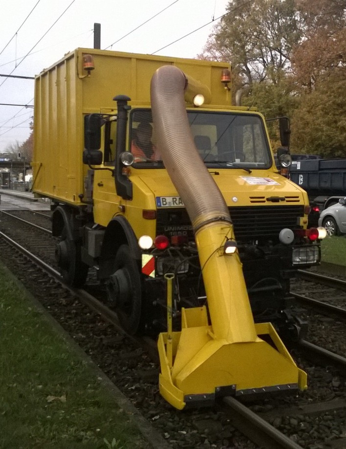 U1650KL mit Laubsauger Tram od DB
